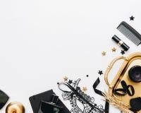 Acessórios de forma pretos da mulher, decorações do ouro e máscara preta do laço foto de stock
