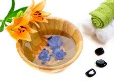 Acessórios do banho com flor do lírio Fotografia de Stock