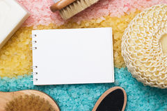 Acessórios do banho e bloco de notas vazio sobre colorido Foto de Stock