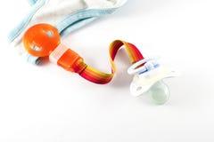 Acessórios do bebê - chupeta com o suporte do grampo no fundo branco Fotos de Stock