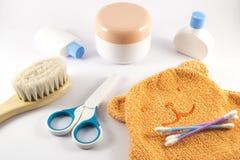Acessórios do bebê para o banheiro no fundo branco Imagens de Stock