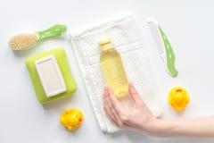 Acessórios do bebê para o banho com o pato no fundo branco imagem de stock