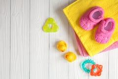 Acessórios do bebê para o banho no fundo de madeira imagem de stock