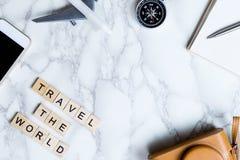 Acessórios do blogger do explorador do mundo na tabela de mármore branca luxuosa imagens de stock royalty free