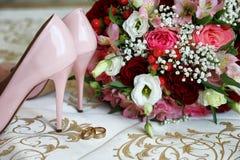 Acessórios do casamento da noiva no rosa foto de stock
