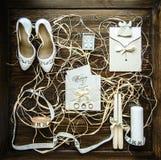 Acessórios do casamento em um fundo de madeira marrom, manhã Fotos de Stock Royalty Free