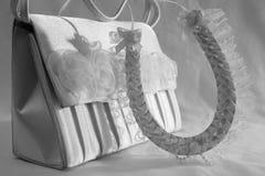 Acessórios do casamento Foto preto e branco da ferradura e da bolsa foto de stock royalty free