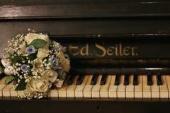 Acessórios do casamento Vidros nupciais do ramalhete e do champanhe fotografia de stock royalty free