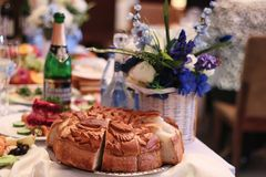 Acessórios do casamento Vidros nupciais do ramalhete e do champanhe foto de stock