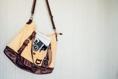 Acessórios do curso câmera, pena, caderno e tocha no saco pronto Imagens de Stock Royalty Free