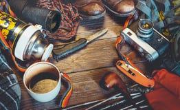 Acessórios do curso e do turismo no fundo de madeira Conceito da atividade do feriado do estilo de vida da descoberta da aventura foto de stock