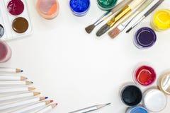 Acessórios do desenho - pinturas coloridas, escovas, lápis Fotografia de Stock Royalty Free