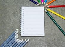 Acessórios do estudante na tabela do estilo do sótão Foto de Stock