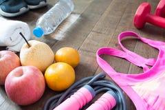 Acessórios do fruto e do esporte para o exercício, estilo de vida saudável imagens de stock
