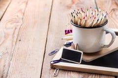 Acessórios do negócio, fontes, caneca com os lápis na tabela de madeira rústica Fotos de Stock Royalty Free