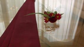 Acessórios do ` s dos homens - laço, alianças de casamento no fundo video estoque