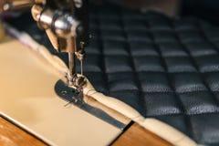 Acessórios dos produtos de couro das tesouras da linha e ferramentas, conceito da vista superior costurando tradicional imagem de stock