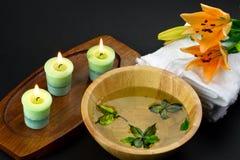 Acessórios dos termas com flor do lírio Fotos de Stock