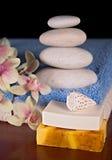Acessórios dos termas com pirâmide de pedra Fotografia de Stock Royalty Free