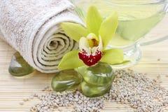 Acessórios dos termas: pedras do zen, toalha, sal do mar fotografia de stock royalty free