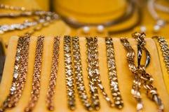 Acessórios dourados em uma loja de joia Fotos de Stock