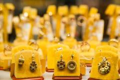 Acessórios dourados em uma loja de joia Foto de Stock Royalty Free