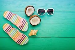 Acessórios e cocos do verão no assoalho de madeira azul com espaço da cópia Vista superior Imagens de Stock Royalty Free