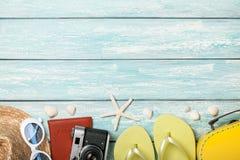 Acessórios e conchas do mar da praia das férias no fundo azul Fotos de Stock