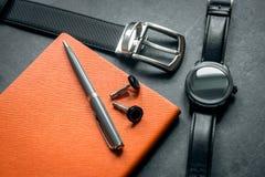 Acessórios elegantes do negócio do ` s dos homens Relógios do preto, correia, bloco de notas, pena, botão de punho  Fotografia de Stock Royalty Free
