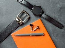 Acessórios elegantes do negócio do ` s dos homens Relógios do preto, correia, bloco de notas, pena, botão de punho  Imagem de Stock Royalty Free