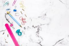 Acessórios estacionários do escritório colorido no multi tampo da mesa colorido Fotografia de Stock Royalty Free