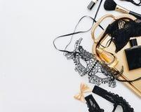 Acessórios fêmeas do encanto na bandeja do ouro imagem de stock