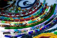 Acessórios feitos a mão elegantes para mulheres Colares e braceletes decorativos dos grânulos Imagem de Stock