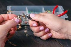 Acessórios feitos a mão na tabela de madeira Imagem de Stock