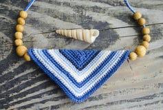 Acessórios feitos a mão no estilo étnico na tabela de madeira Fazer crochê coisas caseiros Fazer crochê o teste padrão Fabricação Imagem de Stock Royalty Free