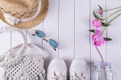 Acessórios necessários do verão para a fêmea no fundo branco Imagens de Stock