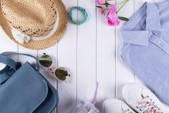 Acessórios necessários do verão para a fêmea no fundo branco Fotografia de Stock