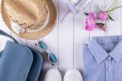 Acessórios necessários do verão para a fêmea no fundo branco Imagens de Stock Royalty Free