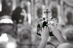 Acessórios ortodoxos do casamento que incluem duas coroas Imagens de Stock