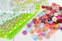 Acessórios para costurar: tela, botões ajustados fotografia de stock