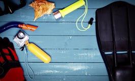 Acessórios para mergulhar, máscara, aletas, câmera e escritório amarelo Fotos de Stock Royalty Free