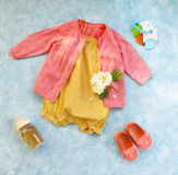 Acessórios pequenos da criança no fundo de turquesa Fotos de Stock