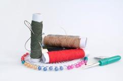 Acessórios Sewing com pinos, agulha e linha Fotografia de Stock