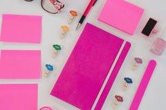 Acessórios, varas dos doces e artigos hued cor-de-rosa dos artigos de papelaria fotografia de stock