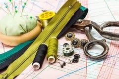 Acessórios verdes da costura imagens de stock