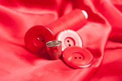 Acessórios vermelhos da tela e da costura Fotografia de Stock