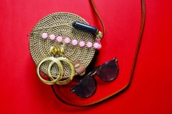 Acess?rios de forma Cane Bag sunglasses earrings foto de stock