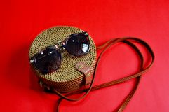 Acess?rios de forma Cane Bag sunglasses earrings imagem de stock