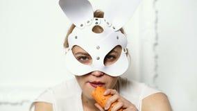 Acess?rios ? moda pretos Easter feliz Consideravelmente, a mulher na moda est? vestindo as orelhas do coelho Conceito do feriado  vídeos de arquivo