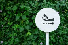 Acessibilidade no parque público da cidade, placa do sinal da rampa para Disabl foto de stock